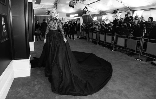 Lady Gaga vừa bất ngờ thông báo hủy 10 buổi diễn sắp tới tại Châu Âu vì lý do sức khỏe