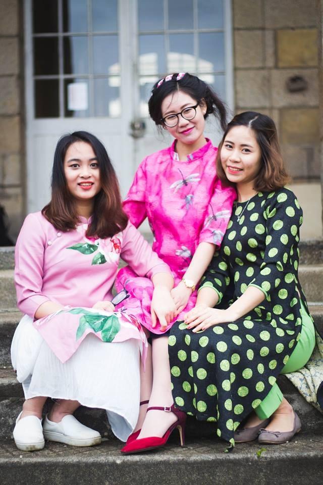 Mặc thời tiết lạnh 1-2 độ C, các cô gái Việt vẫn hào hứng khoác lên mình tà áo dài như một niềm tự hào dân tộc.