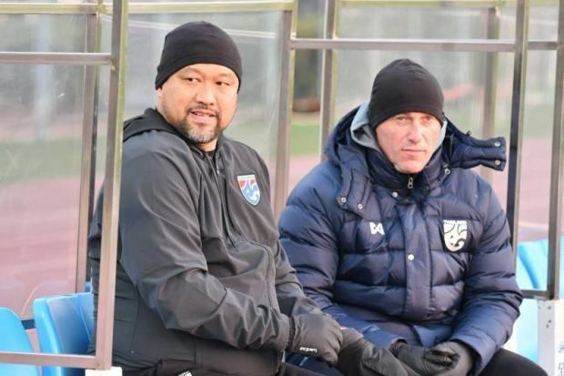 HLV Worrawoot (trái) thay thế HLV Jankovic (phải), để dẫn dắt U23 Thái Lan