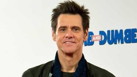 """Jim Carrey từng là tên tuổi bảo chứng doanh thu phòng vé với những """"The mask"""", """"Dumb and Dumber"""" hay """"Liar liar"""". Tuy nhiên, thời thế đã thay đổi và Jim Carrey nay lại trở thành độc dược phòng vé sau những dự án ế khách như """"Mr. Poppers Penguins"""" (2011) hay """"The incredible burt wonderstone"""" (2013). Những năm gần đây, danh tiếng của Jim Carrey lại càng đi xuống sau khi bạn gái cũ Cathriona White tự sát."""