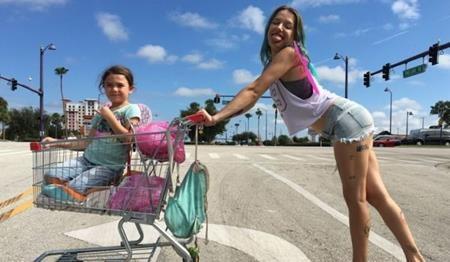 """Có nội dung chất lượng nhưng """"The Florida project"""" chỉ nhận được một đề cử Oscar duy nhất cho nam phụ Willem Dafoe. Nhiều khán giả nhận xét rằng bộ phim xứng đáng là """"ngựa ô"""" của Oscar năm nay nhưng lại ra mắt """"trái mùa"""" giải thưởng và đành phải chịu cảnh hẩm hiu không đáng có."""