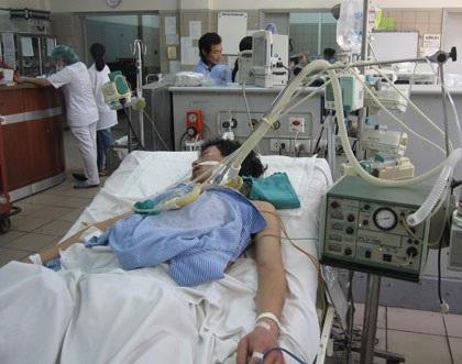 Một bệnh nhân ngộ độc rượu điều trị tại Trung tâm chống độc (BV Bạch Mai). Ảnh: H.Hải