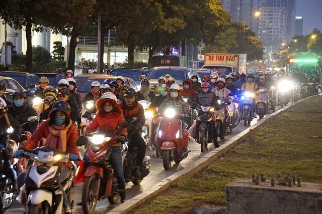 Đường Lê Văn Lương lúc 18h30, đây là thời điểm liên tục xảy ra ùn tắc trên đoạn đường này do mật độ phương tiện quá lớn.