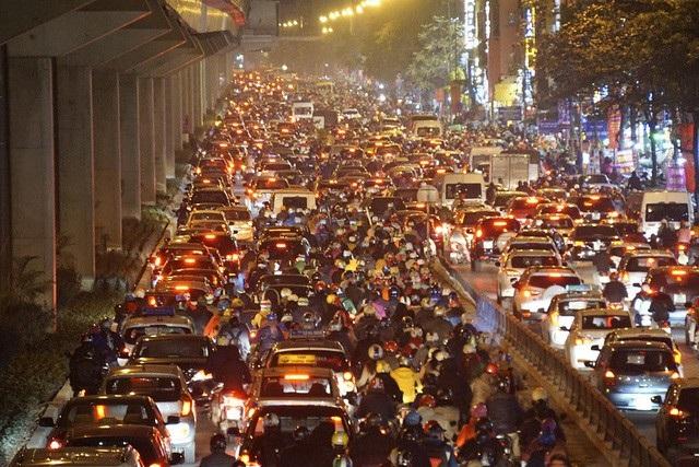 Đường Nguyễn Trãi lúc 18h45, đây là con đường huyết mạch nối trung tâm thủ đô về hướng Tây.