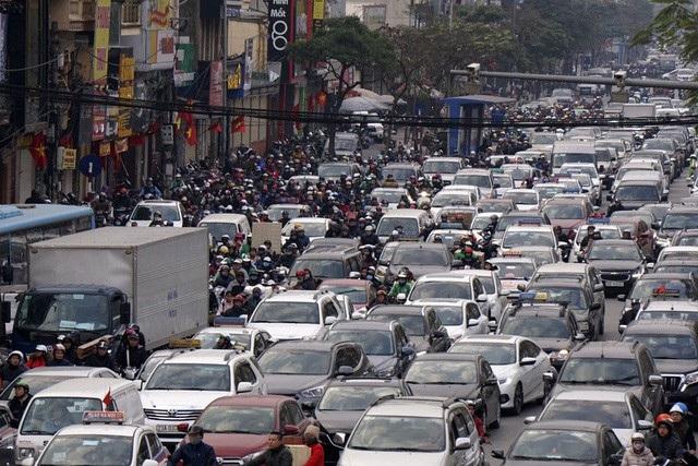 Phố Xã Đàn lúc 16h30, hàng nghìn phương tiện nhích từng mét. Ô tô chiếm diện tích phần lớn lòng đường, xe máy tràn lên vỉa hè.