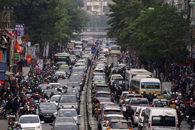 Phố Chùa Bộc lòng đường hẹp nhưng có mật độ giao thông rất lớn, thường xảy ra ùn tắc giờ cao điểm. Nhưng trong những ngày giáp tết, lòng đường lúc nào cũng nườm nượp xe, tốc độ di chuyển rất rùa bò.