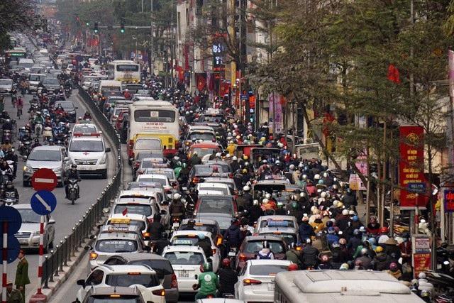 Phố Tây Sơn liên tục xảy ra ùn tắc, cao điểm là đoạn đường từ ngã tư Thái Hà đến Ô Chợ Dừa theo chiều đường đi về trung tâm thành phố.