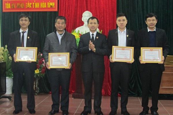 Chánh án TAND tỉnh Hòa Bình khen thưởng cho các tập thể, cá nhân đã có thành tích xuất sắc trong hoạt động công đoàn năm 2017.