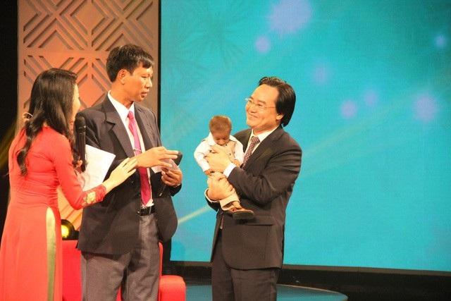 Bộ trưởng Phùng Xuân Nhạ đã đề nghị Ban tổ chức được lên sân khấu để đứng thật gần hai thầy trò và bế KRể.