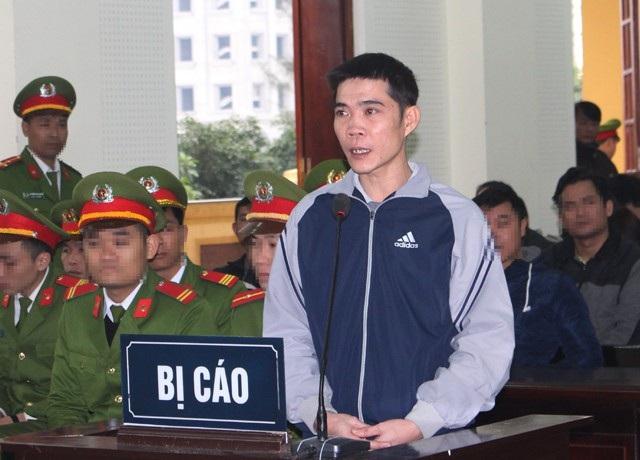Bị cáo Nguyễn Nam Phong - người điều khiển xe đã cho dừng phương tiện giữa Quốc lộ 1 gây ách tắc kéo dài phải chịu mức án 2 năm tù giam về tội Chống người thi hành công vụ