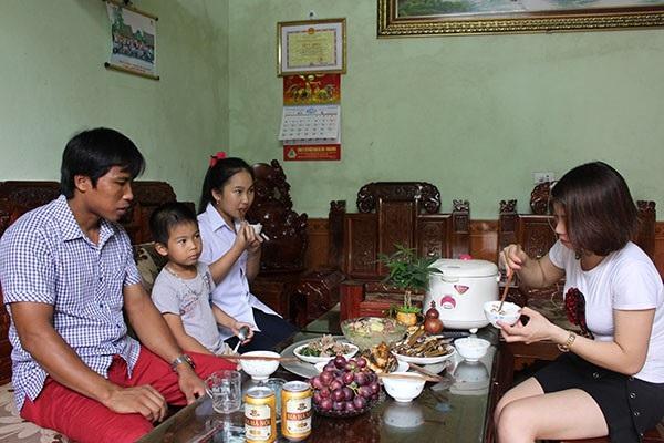 Thợ lò Phạm Hữu Thiện trong bữa cơm cùng gia đình.