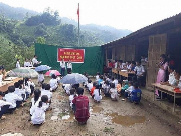 Hình ảnh học sinh ngồi xổm ngày khai giảng gây bão mạng