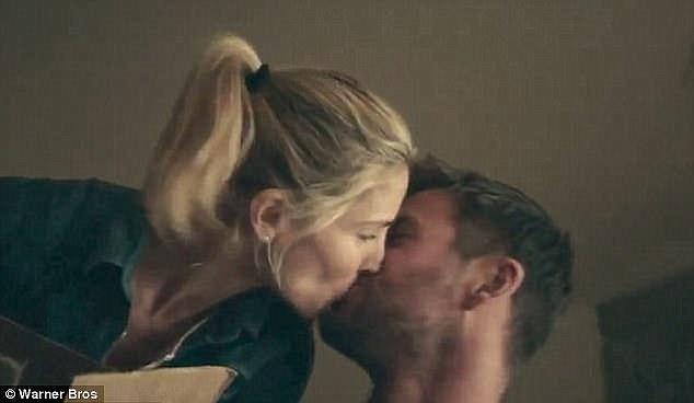 """Nam diễn viên đóng vai vợ chồng cùng với người vợ ngoài đời thực của mình trong bộ phim vừa ra mắt - """"12 Strong"""". Ngoài đời, vợ của Chris hơn anh 7 tuổi."""