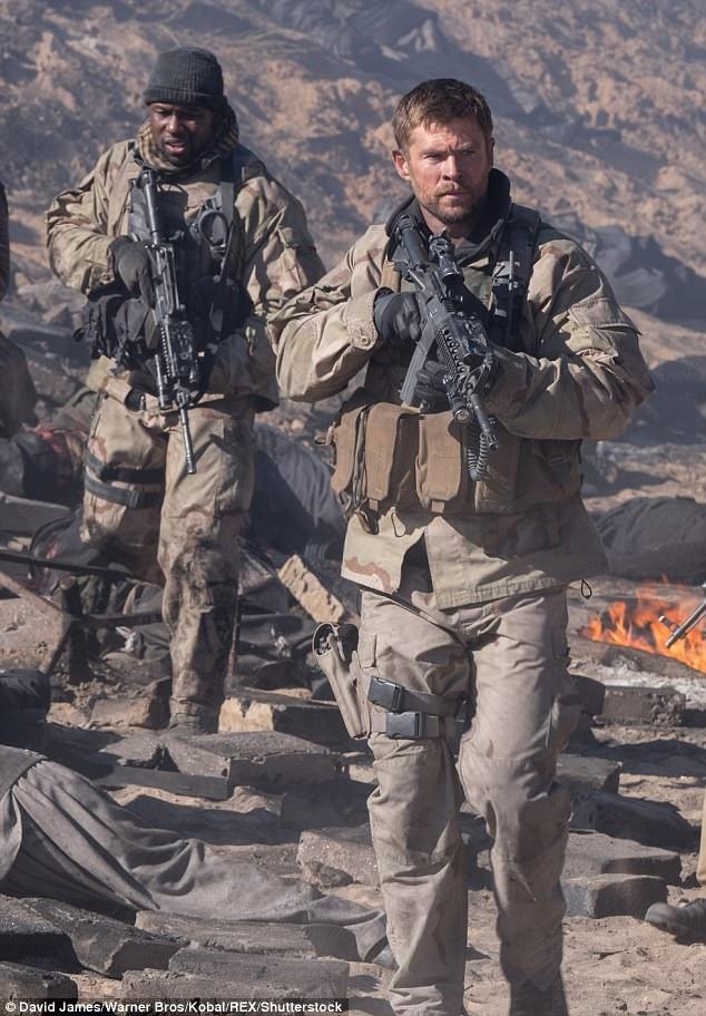 """""""12 Strong"""" kể câu chuyện về những người lính đặc nhiệm Mỹ được đặc phái tới một vùng chiến sự. Chris vào vai đại úy Mitch Nelson, làm nhiệm vụ dẫn đầu nhóm lính đặc nhiệm 12 người hạ gục một nhóm khủng bố nguy hiểm."""