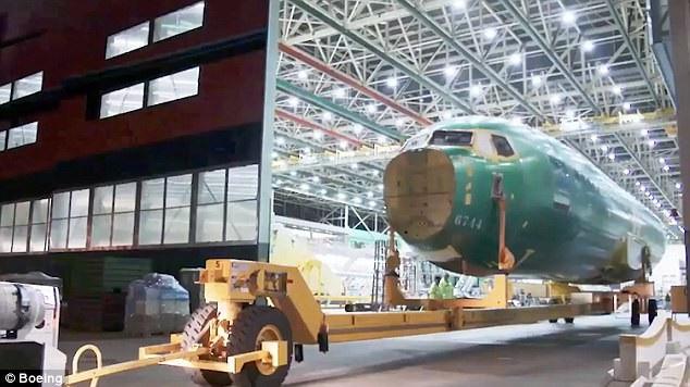 Boeing đã đăng tải video về quá trình lắp ráp thành thành phẩm của máy bay thế hệ thứ 3 và mới nhất trong dòng 737 Max của công ty tại nhà máy Renton, Washington gần Seattle.  Boeing 737 Max 7 có sức chứa 172 hành khách và tầm bay khoảng 7.130 km. Đây là máy bay có tầm bay xa nhất thuộc dòng 737 Max. (Ảnh: Boeing)