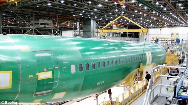 Video bắt đầu từ công đoạn các công nhân và kỹ sư đưa thân máy bay vào khu lắp ráp. (Ảnh: Boeing)