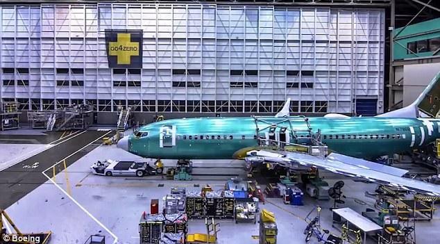 Sau đó, các kỹ sư và công nhân tiếp tục lắp đặt phần cánh vào 2 bên, trước khi lắp tiếp động cơ vào. Kết thúc các quá trình lắp ráp, các kỹ sư xem xét và kiểm tra kỹ càng trước khi đưa máy bay thành phầm đi bay thử. (Ảnh: Boeing)