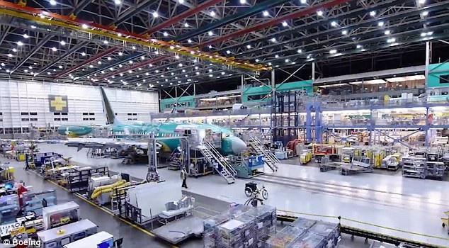 Ông Keith Leverkuhn, người phụ trách chương trình 737 Max của công ty máy bay thương mại Boeing đánh giá việc tung ra 3 máy bay dòng 737 Max chỉ trong vòng 3 năm là thành tựu rực rỡ của hãng này. Ông Leverkuhn cho biết hãng chế tạo máy bay Mỹ sẽ tiếp tục cải tiến về mặt kỹ thuật để có thể cho ra mắt những sản phẩm có sự linh hoạt và tầm bay đáng kinh ngạc hơn nữa trong tương lai. (Ảnh: Boeing)