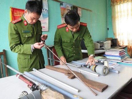 Lực lượng công an thu giữ được nhiều linh kiện các đối tượng mua về để chế tạo súng (ảnh TTVHTT Ba Chẽ)