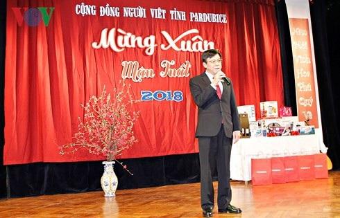 Đại sứ Việt Nam tại CH Séc Hồ Minh Tuấn phát biểu tại Dạ tiệc đón Xuân Mậu Tuất 2018 của cộng đồng người Việt tại tỉnh Pardubice.