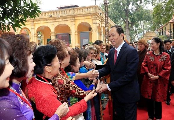 Chủ tịch nước Trần Đại Quang với bà con kiều bào tại Khu Di tích Hoàng thành Thăng Long. (Ảnh: Nhan Sáng/TTXVN)