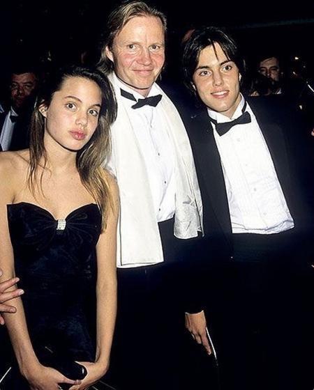 Ngay cả khi dịu dàng chụp hình bên gia đình, cô thiếu nữ Angelina Jolie vẫn đẹp rạng ngời và tiềm ẩn nét cá tính khó có thể bị nhòa lẫn