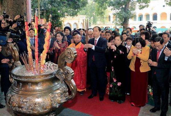 Chủ tịch nước Trần Đại Quang dâng hương tại Điện Kính Thiên. (Ảnh: Nhan Sáng/TTXVN)