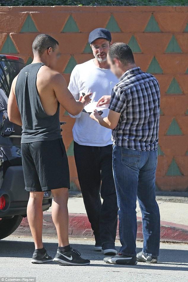 Brad Pitt và hai người điều khiển xe hơi khác đã gặp phải một vụ va chạm hồi đầu tuần này. Sự việc không quá nghiêm trọng, cả ba người điều khiển phương tiện đã bình tĩnh đối thoại với nhau.