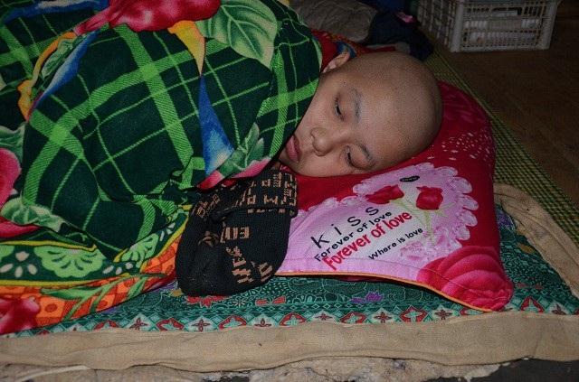 Em Lò văn Hùng (15 tuổi), mắc bệnh ung thư hạch