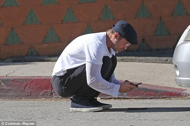 Bản thân nam diễn viên cũng xuống xe để chụp hình hiện trường vụ việc, bao gồm những tổn hại xảy tới với ba chiếc xe hơi.