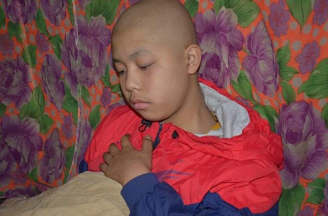 Hơn 1 năm trời chống chọi với căn bệnh quái ác, trải qua nhiều đợt xạ trị, đã khiến em kiệt sức