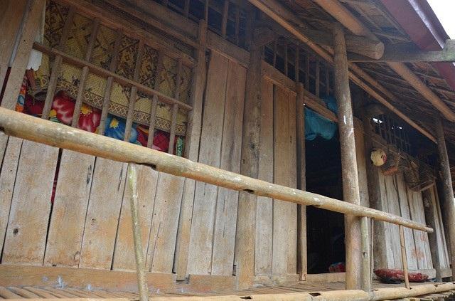 Căn nhà sàn cũ nát của gia đình Hùng, nằm trơ trọi, chênh vênh giữa đỉnh đồi hun hút gió.