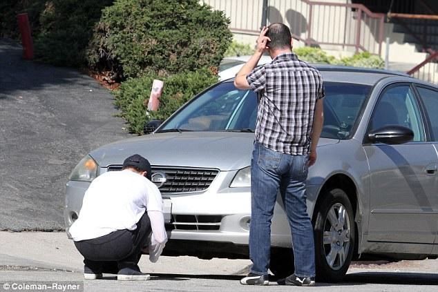 Brad Pitt chủ động chụp ảnh những hư tổn xảy tới với hai chiếc xe hơi.