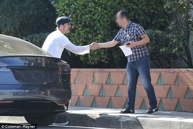 Brad bắt tay một người đàn ông liên quan tới vụ việc trước khi tất cả cùng rời đi.