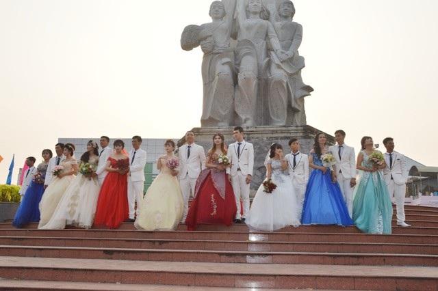 Các cặp đôi diễu hành bằng taxi (được tài trợ) và chụp ảnh tại tượng đài trong nội ô Sóc Trăng.