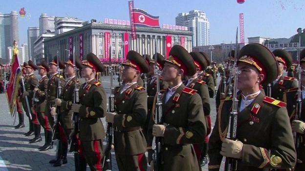 Tên lửa, xe tăng xuất hiện trong lễ duyệt binh của Triều Tiên - 14