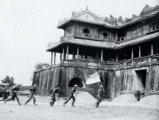 Quân giải phóng tiến vào Phu Văn Lâu (ảnh tư liệu)