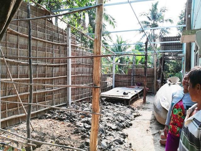 Gia đình anh Sa Quanh đang sửa lại căn nhà đón Tết.