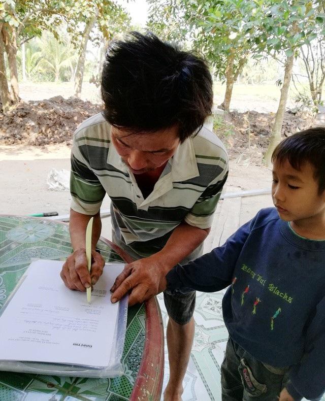 Anh Lý Sa Quanh ký nhận tiền hỗ trợ từ Quỹ Nhân ái.