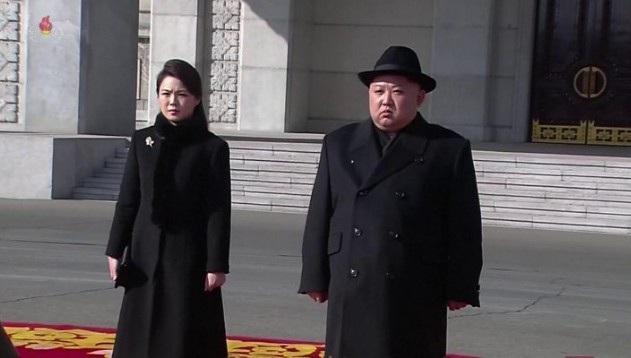 Nhà lãnh đạo Kim Jong-un và phu nhân dự lễ duyệt binh