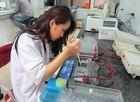 Minh làm việc tại phòng thí nghiệm Sinh Hoá.
