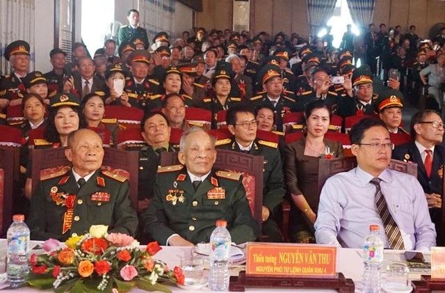 Thiếu tướng Nguyễn Văn Thu (người ngồi giữa) nguyên Tham mưu trưởng Quân khu Trị Thiên, trực tiếp chỉ huy cánh quân phía Bắc khi tiến vào TP Huế trong cuộc tổng tiến công nổi dậy Xuân Mậu Thân 1968