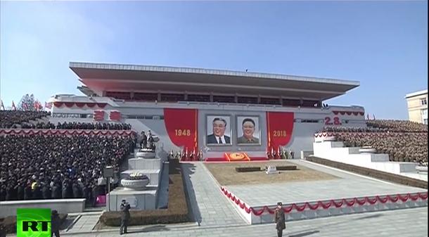 Khu vực khán đài treo băng rôn với hai con số 1948 và 2018, thể hiện 70 năm thành lập lực lượng quân đội Triều Tiên.