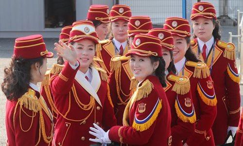 Ban đầu các vận động viên Triều Tiên tỏ ra khá căng thẳng và khép mình khi từ chối nhảy cùng các vũ công Hàn Quốc, tuy nhiên sau đó họ đã bắt đầu mỉm cười và thoải mái hơn khi tiếng nhạc của đội cổ vũ Triều Tiên vang lên. (Ảnh: VCG)