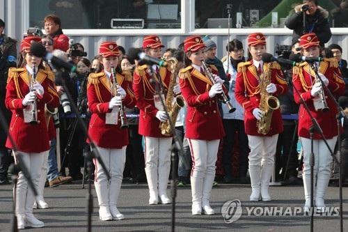 Triều Tiên đã cử đội cổ động gồm hơn 200 người tới Hàn Quốc để cổ vũ tinh thần cho các vận động viên thi đấu tại Thế vận hội, bắt đầu từ ngày 9/2. Đội cổ động trước đó đã đặt chân tới biên giới liên Triều vào sáng 7/2. (Ảnh: Yonhap)