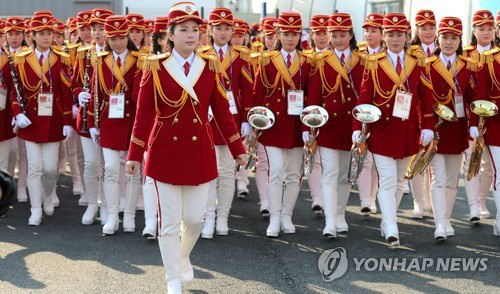 Đây là lần đầu tiên đội cổ động Triều Tiên tới Hàn Quốc sau 13 năm. Họ là những người được tuyển chọn kỹ lưỡng cả về ngoại hình, kỹ năng biểu diễn cũng như lý lịch cá nhân trước khi trở thành thành viên của đội cổ động. (Ảnh: Yonhap)
