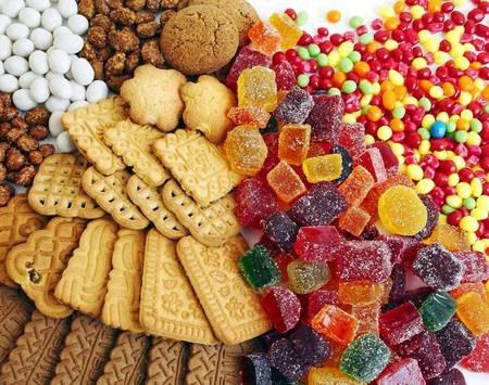 Bộ Y tế khuyến cáo cảnh giác với bánh kẹo màu sắc quá rực rỡ, bắt mắt - 1