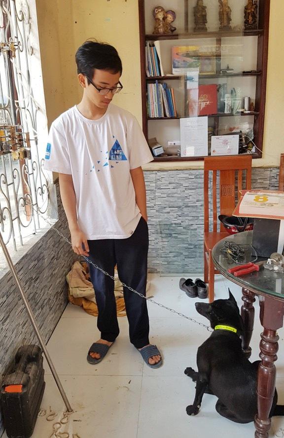 Chú chó Phú Quốc lai rất khôn đã tìm được đường về bằng cách tới trường em Thiện chờ đợi