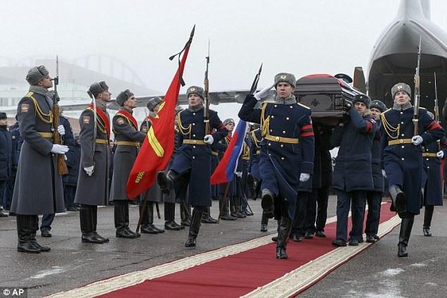 Tang lễ của phi công Filipov được tổ chức tại căn cứ quân sự ở Voronezh. Mặc cho thời tiết lạnh giá với tuyết rơi dày, 30.000 người Nga đã mang hoa tới tiễn đưa người anh hùng về với đất Mẹ. (Ảnh: AP)
