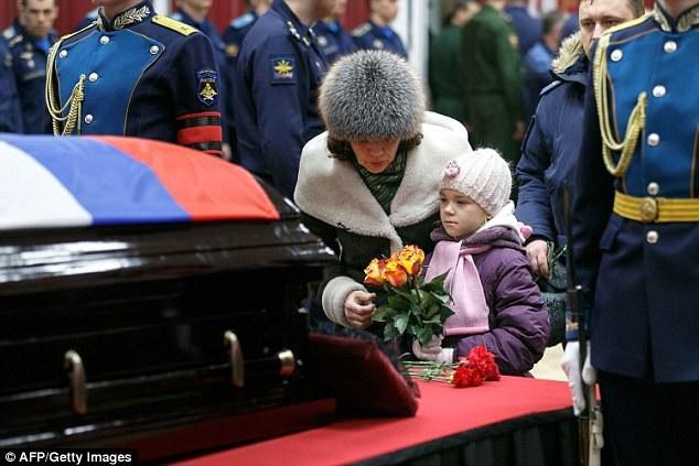 Sau đó, linh cữu được đưa đi chôn cất ở nghĩa trang Alley of Glory. Lễ mai táng của anh được cử hành theo đúng nghi lễ quân đội với các đồng đội giương cao súng, tôn kính đưa anh về đất Mẹ. Hàng ngàn người đã đến đặt hoa và vòng hoa cho người anh hùng dân tộc Nga. (Ảnh: Getty)